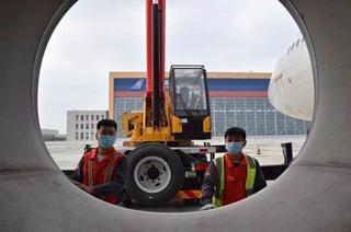齐心协力保生产 默契协作促运行 万博app手机下载新万博苹果下载官方网站大兴航线维修中心完成A330机型进气道拆装工作